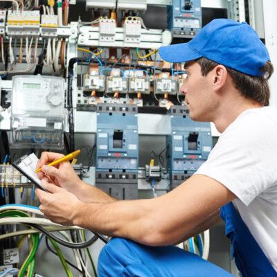En el installatør kan hjælpe med alt fra at opsætte hårde hvidevarer til de helt store el-installationer