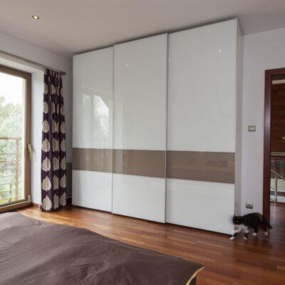 Skab rene linjer med skydelåger i soveværelset
