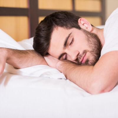 mand sover godt