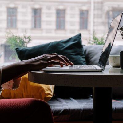 Person skriver på sin computer