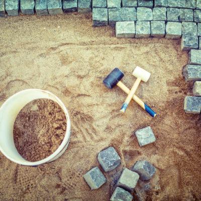 Sådan indretter du din have med beton og natursten