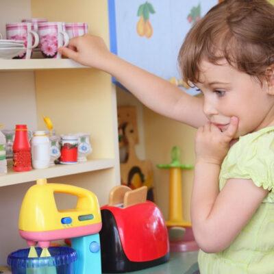 Fyld børneværelset med lærerigt legetøj til børnene