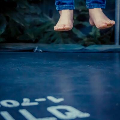 fødder der hopper på trampolin